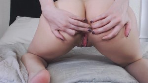 Slut Masturbates and Show Off Her Assets